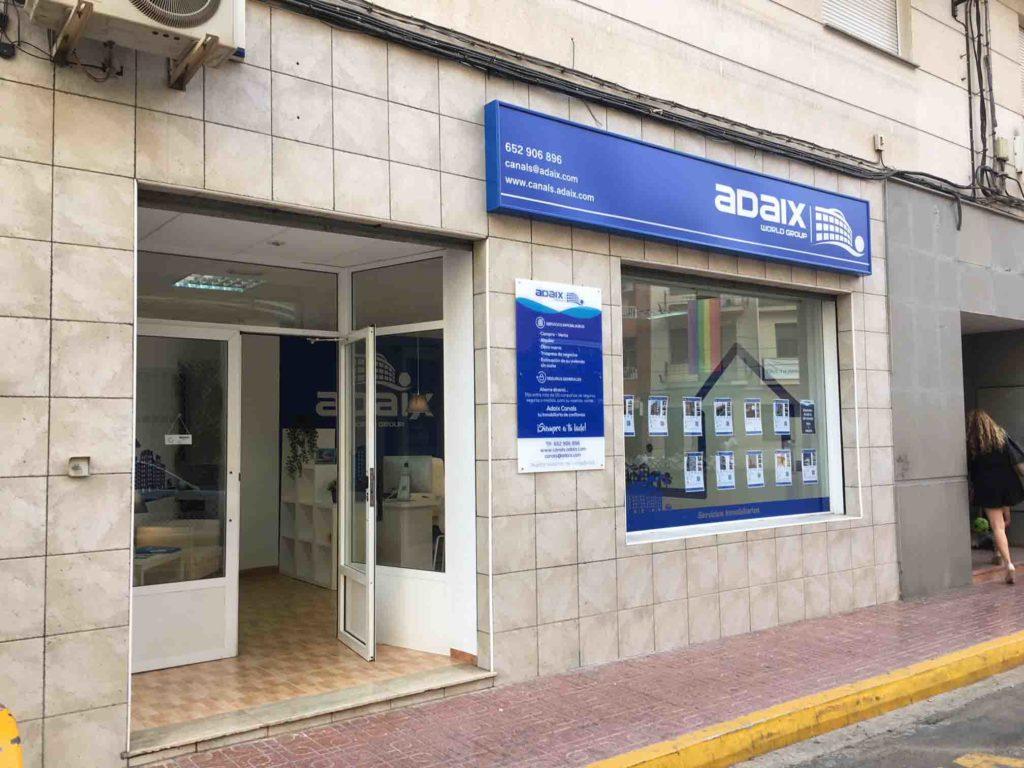 Exterior agencia Adaix Canals
